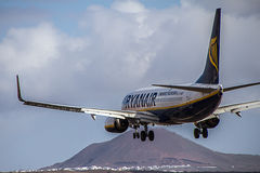 Avion Boeing 737-800 de Ryanair débarquant sur l'île de Lanzarote Photo stock