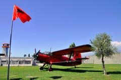 Avion célèbre situé dans l'aéroport de Tirana, Albanie Photos stock