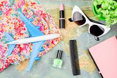 avion, carte, bloc-notes, accessoires de femme photos libres de droits