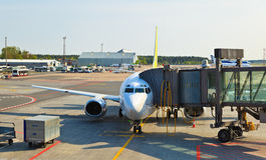 Avion chargé dans l'aéroport de Riga Images libres de droits