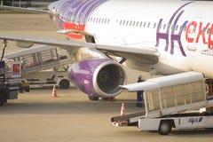 Avion chargeant outre de son passengerst et cargaison à l'aéroport international de Kansai Photos libres de droits