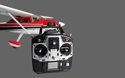 Avion commandé par radio avec à télécommande par radio sur le dos de gris Image libre de droits
