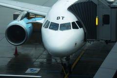 Avion commercial accouplé au transport aérien Photos stock