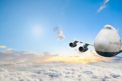 Avion commercial d'avion de passagers volant haut au-dessus des nuages photos stock