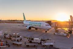 Avion commercial de jet de Transavia sur l'aéroport de Valence au coucher du soleil Images libres de droits