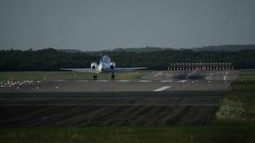 Avion commercial de moteur jumeau s'approchant à l'aéroport banque de vidéos