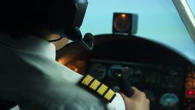 Avion commercial de vol pilote, l'information de transmission par le talkie - walkie banque de vidéos