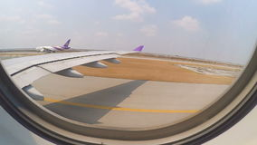 Avion décollant de l'aéroport banque de vidéos