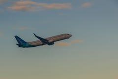 Avion décollant de l'aéroport de piste, soulèvement avec le nuage Images stock