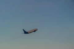 Avion décollant de l'aéroport de piste, soulèvement avec le nuage Images libres de droits