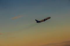 Avion décollant de l'aéroport de piste, soulèvement avec le nuage Photos libres de droits