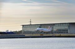 Avion décollant de l'aéroport de ville de Londres Photo libre de droits
