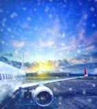 Avion décollant de l'aéroport en hiver Photo libre de droits