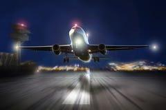 Avion démarrant le soir Image libre de droits