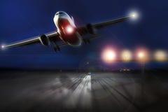 Avion démarrant le soir Images libres de droits