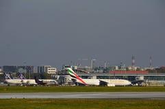 Avion d'émirats sur l'aéroport de Varsovie Chopin Image libre de droits