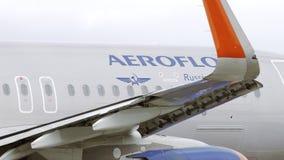 Avion d'Aeroflot A320 roulant au sol à l'aéroport banque de vidéos
