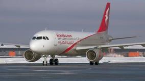Avion A320 d'Air Arabia roulant au sol à l'aéroport de Sheremetyevo, vue d'hiver moscou banque de vidéos