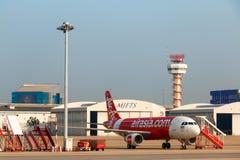 Avion d'Air Asia garé Image stock