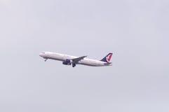 Avion d'air d'Air Macau dans le ciel Photos libres de droits