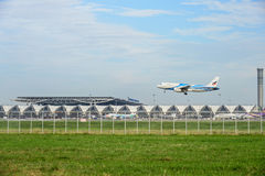 Avion d'air de Bangkok débarquant aux pistes à l'aéroport international de suvarnabhumi à Bangkok, Thaïlande Images stock