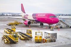 Avion d'air de Wizz sur Lech Walesa Airport à Danzig Image stock