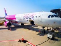 Avion d'air de Wizz sur Lech Walesa Airport à Danzig, Pologne image stock