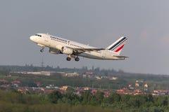 Avion d'Air France démarrant à l'aéroport Hongrie de Budapest Photo stock
