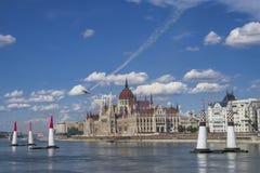 Avion d'air sur le fond du parlement de Budapest hungary photo stock