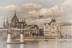Avion d'air sur le fond du parlement de Budapest hungary Fond modifié la tonalité image libre de droits
