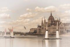 Avion d'air sur le fond du parlement de Budapest hungary Fond modifi? la tonalit? photos libres de droits