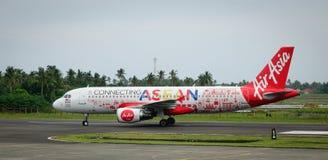 Avion d'AirAsia sur la piste à l'aéroport dans Kalibo, Philippines Photos stock
