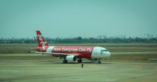 Avion d'AirAsia sur la piste à l'aéroport de Tan Son Nhat, Saigon, Vietnam Image libre de droits