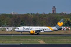 Avion d'Airbus A320 de condor à l'aéroport de Berlin-Tegel Images libres de droits