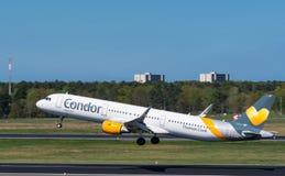 Avion d'Airbus A321 de condor à l'aéroport de Berlin Tegel Image stock