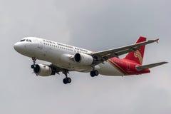 Avion d'airlanes de Shenzhen dans le ciel images stock