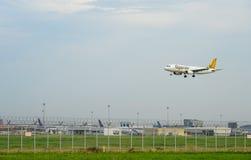 Avion d'airwaysTigerair de tigre débarquant aux pistes à l'aéroport international de suvarnabhumi à Bangkok avec l'espace de copi images stock