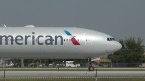 Avion d'American Airlines banque de vidéos