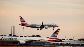 Avion d'American Airlines Airbus entrant pour un atterrissage images libres de droits