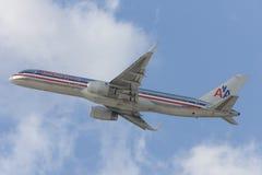 Avion d'American Airlines Boeing 757 décollant de l'aéroport international de Los Angeles Image stock