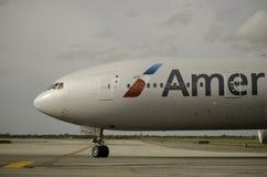Avion d'American Airlines décollant de l'aéroport de JFK Image libre de droits