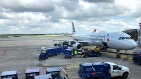 Avion d'American Airlines dans l'aéroport, clips vidéos
