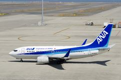 Avion d'ANA à l'aéroport international de Chubu Centrair, Japon Photos libres de droits