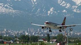 Avion d'approche d'atterrissage de Hong Kong Airlines clips vidéos