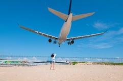 Avion d'atterrissage à l'airpart tout près la plage avec des personnes dedans Images libres de droits
