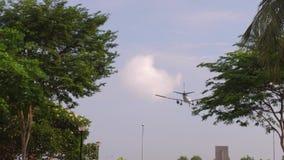 Avion d'atterrissage au Singapour banque de vidéos