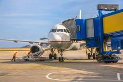 Avion d'avion de passagers à la porte d'aéroport Image stock