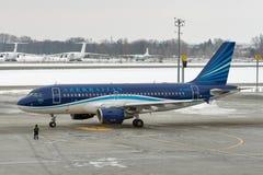 Avion d'Azerbaijan Airlines dans l'aéroport de Boryspil Kiev, Ukraine Image stock