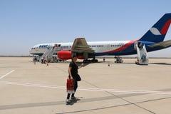 Avion d'Azurair dans l'aéroport dans la ville d'Agadir Photos stock