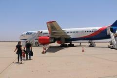 Avion d'Azurair dans l'aéroport dans la ville d'Agadir Image stock